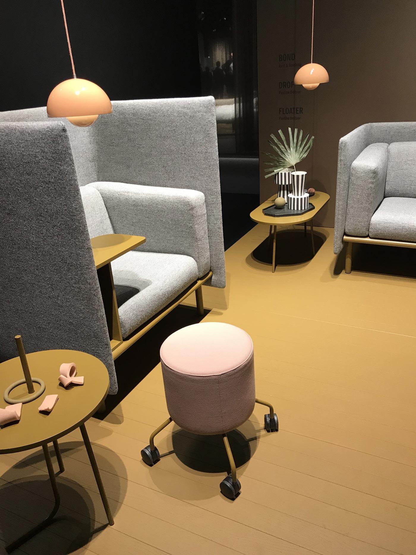 Couch mit Hocker auf der imm Cologne